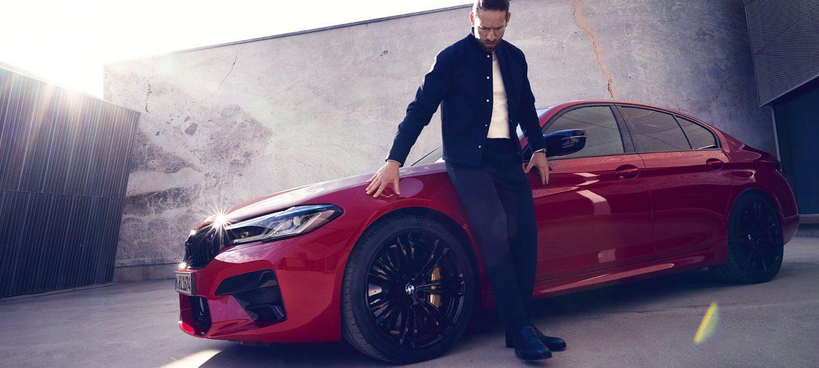 BMW M5 Competition F90 LCI Facelift 2020 BMW Individual Imola Rot Seitenansicht mit Mann