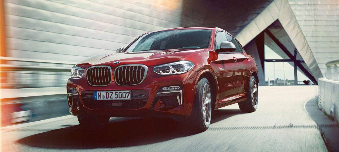 BMW X4 M40i G02 2018 Flamencorot Brillanteffekt Rot Dreiviertel-Frontansicht